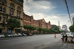 Straatmening van een oud koloniaal gebouw met mensen in Mijn Yangon royalty-vrije stock foto's