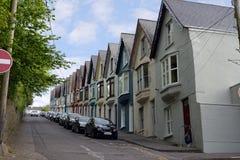 Straatmening van huizen op een steile heuvel Stock Fotografie