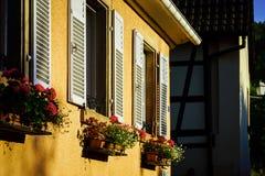 Straatmening van oude vensters met blinden, Andlau, Frankrijk Royalty-vrije Stock Fotografie