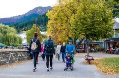 Straatmening van Queenstown in Nieuw Zeeland De mensen kunnen het gezien onderzoeken rond het Stock Afbeeldingen
