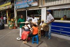 Straatmusici die in een straat in de stad van Cali, in Colombia spelen stock fotografie