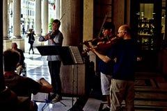 Straatmusici die klassieke muziek in de schaduw spelen Royalty-vrije Stock Foto