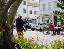 Straatmusicus die voor een toeristenpubliek slaan - straatscène royalty-vrije stock foto's