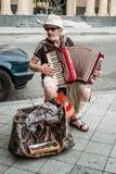 Straatmusicus Earning Money door de Harmonika Te spelen stock foto