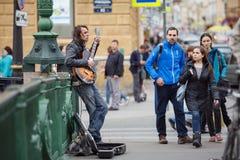 Straatmusicus het spelen op de Italiaanse brug Heilige Petersburg, Rusland Royalty-vrije Stock Foto