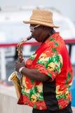 Straatmusicus het spelen saxofoon stock fotografie