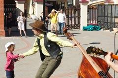 Straatmusicus met een dubbele baars die weinig publiek begroeten Royalty-vrije Stock Foto