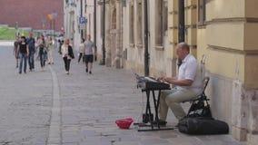 Straatmusicus op een straat van Oud Krakau stock footage