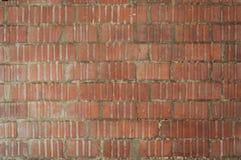 Straatmuur van rode bakstenen die met de ongelijke muren in reliëf worden gemaakt royalty-vrije stock afbeeldingen