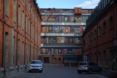 Straatmuurschilderij in het bedrijfskwart Novospassky royalty-vrije stock fotografie