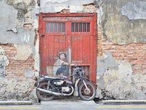 Straatmuurschildering gerechtigde ` Jongen op een Fiets ` Stock Afbeelding