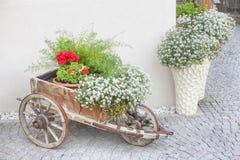 Straatontwerp met kar en bloemen royalty-vrije stock fotografie