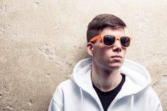 Straatportret van blauwe oog jonge jongen in wit sweatshirt Stock Afbeelding