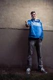 Straatportret van jonge jongen in blauw sweatshirt met moderne eyeg Royalty-vrije Stock Afbeelding