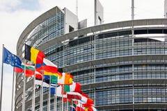 Straatsburg, Frankrijk - Juni 15, 2010: Het Europees Parlement de bouw met de vlaggen van de Lidstaten Royalty-vrije Stock Foto's
