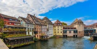 Straatsburg, waterkanaal en aardig huis op Petite France -gebied stock afbeelding