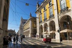 Straatscène in baixa van de binnenstad van Lissabon met mensen in een straat en Comercio Square Praca do Comercio op backgrou Stock Fotografie