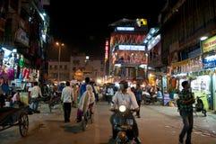 Straatscène bij nacht, New Delhi, India stock foto