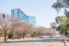 Straatscène in Bloemfontein met het standbeeld van Nelson Mandela Stock Foto's