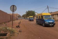 Straatscène in de stad van Bissau met openbare bussen Toca Toca bij de Chao de Papel-buurt, in Guinea-Bissau, West-Afrika royalty-vrije stock foto's