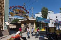 Straatscène in de stad van Dunhuang, met mensen die in een straat lopen Stock Foto's
