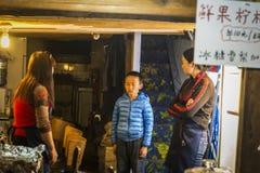 Straatscène - Jongen in probleem, China royalty-vrije stock foto