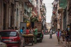 Straatscène met klassieke oude auto's en traditionele kleurrijke gebouwen in Havana van de binnenstad cuba royalty-vrije stock afbeelding
