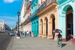 Straatscène met kleurrijke gebouwen in Oud Havana Stock Fotografie