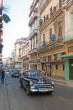 Straatscène met oude Amerikaanse auto in Havana van de binnenstad, Cuba Stock Fotografie