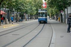 Straatscène met Tram en Mensen in Bahnhofstrasse in Zürich, Zwitserland, 17 06 2018 royalty-vrije stock fotografie
