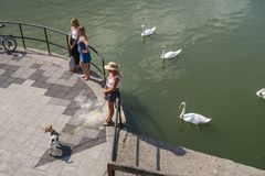 Straatscène in Metz, Frankrijk, bij de pensionair van de rivier van Moezel stock afbeeldingen