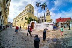 Straatscène in Oud Havana met mensen en rottende gebouwen Stock Afbeelding