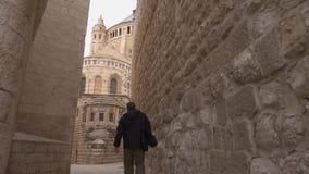 Straatscène in oude stad van Jeruzalem binnen stock videobeelden