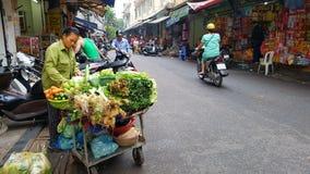 Straatscène in stad van Hanoi stock afbeeldingen