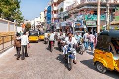 Straatscène van Puttaparthi-stad, India stock foto's