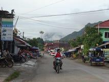 Straatscène in Van Vieng, Laos Stock Afbeelding