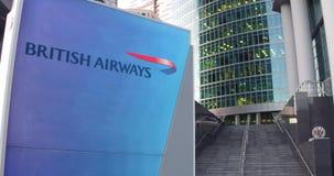 Straatsignage raad met British Airways-embleem De moderne wolkenkrabber van het bureaucentrum en tredenachtergrond Redactie 3D Royalty-vrije Stock Afbeeldingen