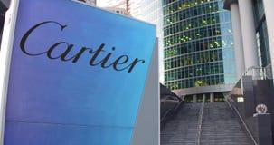 Straatsignage raad met Cartier-embleem De moderne wolkenkrabber van het bureaucentrum en tredenachtergrond Het redactie 3D terugg Stock Foto