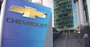 Straatsignage raad met Chevrolet-embleem De moderne wolkenkrabber van het bureaucentrum en tredenachtergrond Het redactie 3D teru Royalty-vrije Stock Foto