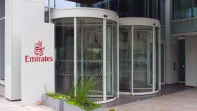 Straatsignage raad met de Luchtvaartlijnembleem van Emiraten De moderne bureaubouw Het redactie 3D teruggeven Stock Fotografie