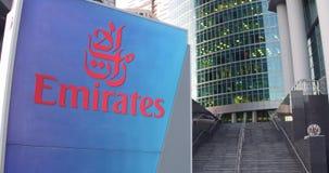 Straatsignage raad met de Luchtvaartlijnembleem van Emiraten De moderne wolkenkrabber van het bureaucentrum en tredenachtergrond  Stock Afbeelding