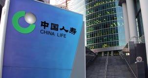 Straatsignage raad met de Verzekeringsmaatschappijembleem van China Life De moderne wolkenkrabber van het bureaucentrum en treden stock video