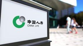 Straatsignage raad met de Verzekeringsmaatschappijembleem van China Life Vage bureaucentrum en het lopen mensenachtergrond stock videobeelden