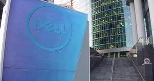 Straatsignage raad met Dell Inc embleem De moderne wolkenkrabber van het bureaucentrum en tredenachtergrond Het redactie 3D terug Royalty-vrije Stock Fotografie