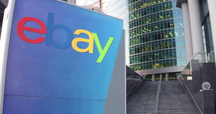 Straatsignage raad met eBay N.v. embleem De moderne wolkenkrabber van het bureaucentrum en tredenachtergrond Het redactie 3D teru Royalty-vrije Stock Foto's