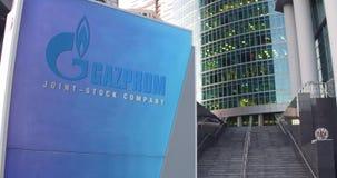 Straatsignage raad met Gazprom-embleem De moderne wolkenkrabber van het bureaucentrum en tredenachtergrond Het redactie 3D terugg Stock Foto's