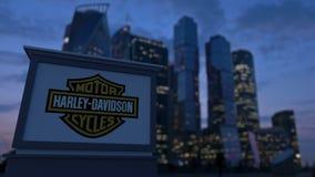 Straatsignage raad met Harley-Davidson, N.v. embleem in de avond Vage bedrijfsdistrictswolkenkrabbers backgroun Stock Fotografie