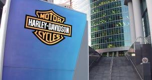 Straatsignage raad met Harley-Davidson, N.v. embleem De moderne wolkenkrabber van het bureaucentrum en tredenachtergrond redactie Stock Foto's