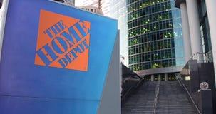 Straatsignage raad met het Home Depot-embleem De moderne wolkenkrabber van het bureaucentrum en tredenachtergrond Redactie 3D Stock Foto's