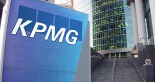 Straatsignage raad met KPMG-embleem De moderne wolkenkrabber van het bureaucentrum en tredenachtergrond Het redactie 3D teruggeve Stock Afbeeldingen